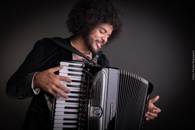 Mestrinho e Orquestra À Base de Corda celebram Dominguinhos e Piazzolla